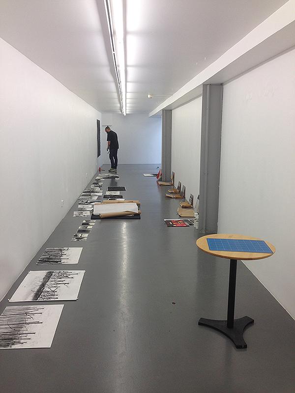 Utställningsrum i konsthallen passagen i Linköping. Pågående hängning av Patrick Nilssons utställning.